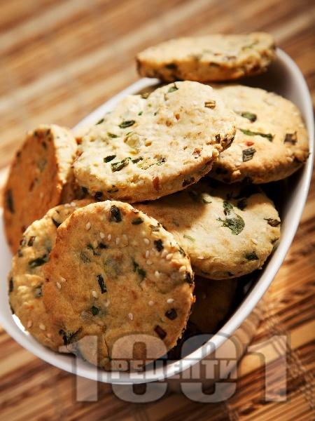 Солени бисквити с пресен лук и сусам - снимка на рецептата